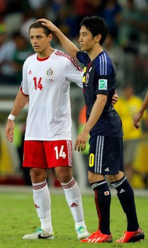 22.jun.2013 - Javier 'Chicharito' Hernández e Shinji Kagawa se cumprimentam durante a vitória por 2 a 1 do México sobre o Japão no Mineirão pela Copa das Confederações