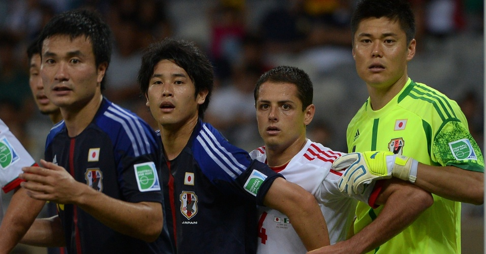 22.jun.2013 - Javier 'Chicharito' Hernández tenta se desvencilhar da marcação da defesa japonesa durante a vitória por 2 a 1 do México no Mineirão pela Copa das Confederações