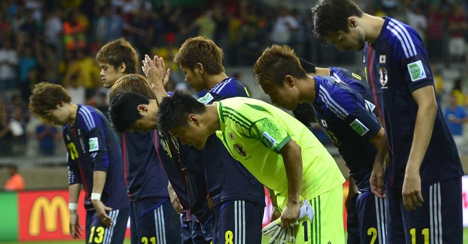 22.jun.2013 - Jogadores japoneses agradecem ao público pelo incentivo após a derrota por 2 a 1 para o México no Mineirão pela Copa das Confederações