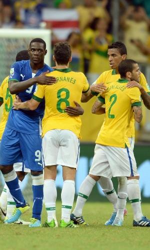 22.jun.2013 - Mario Balotelli cumprimenta Hernanes após a vitória por 4 a 2 do Brasil sobre a Itália na Fonte Nova pela Copa das Confederações