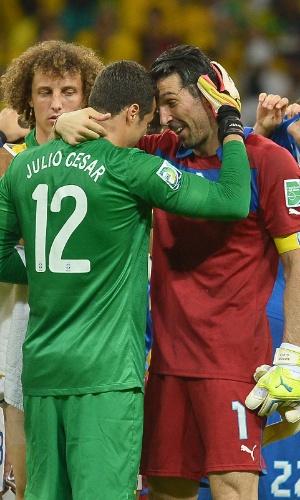 22.jun.2013 - Os goleiros Julio Cesar e Gianluigi Buffon se cumprimentam após a vitória por 4 a 2 do Brasil sobre a Itália na Fonte Nova pela Copa das Confederações