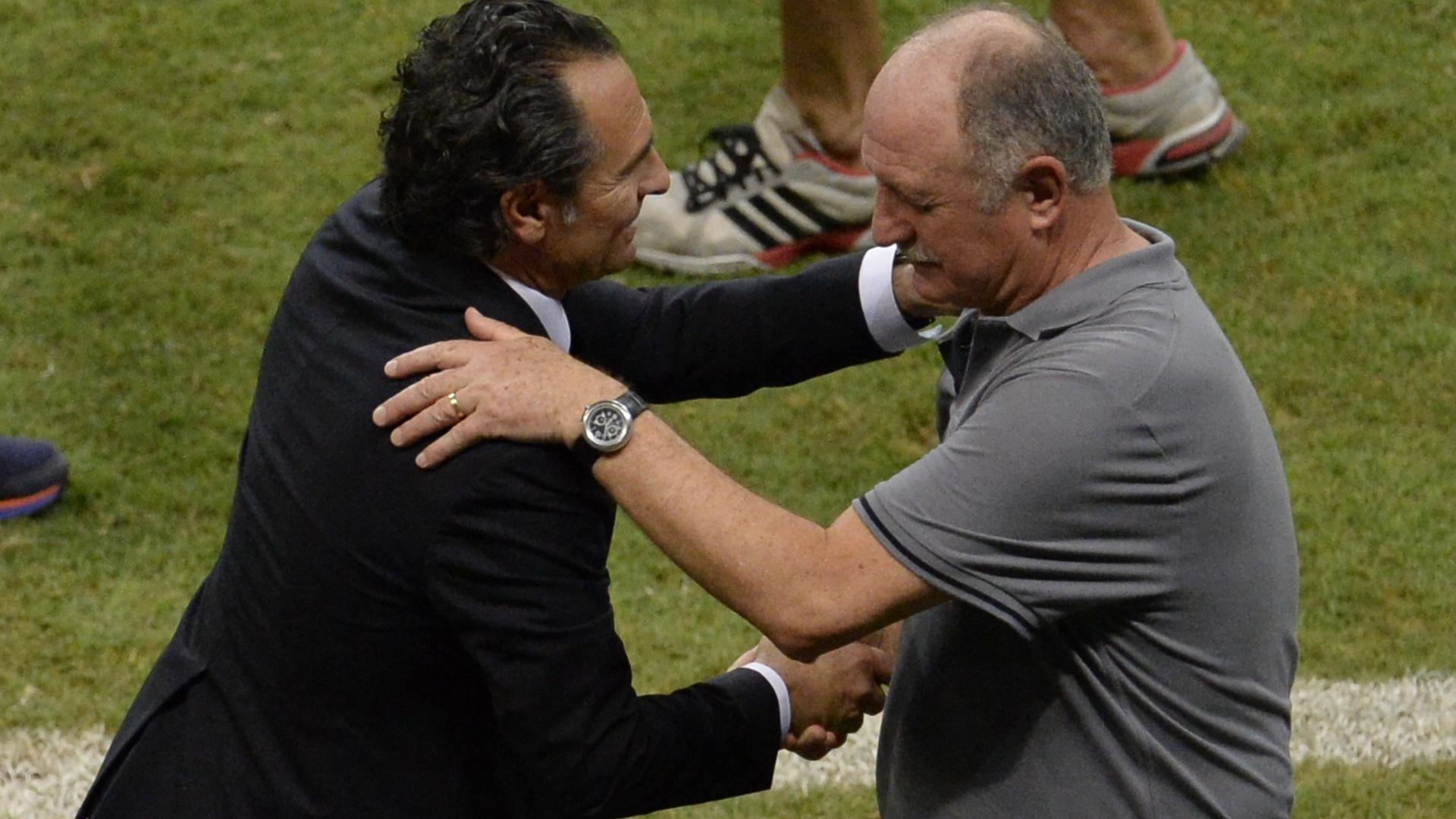 22.jun.2013 - Os técnicos Cesare Prandelli e Luiz Felipe Scolari se cumprimentam após a vitória por 4 a 2 do Brasil sobre a Itália na Fonte Nova pela Copa das Confederações