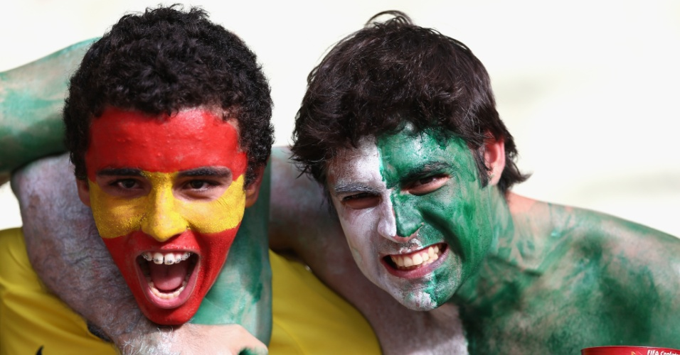 23.jun.2013 - Amigos se dividem na torcida no jogo entre Espanha e Nigéria