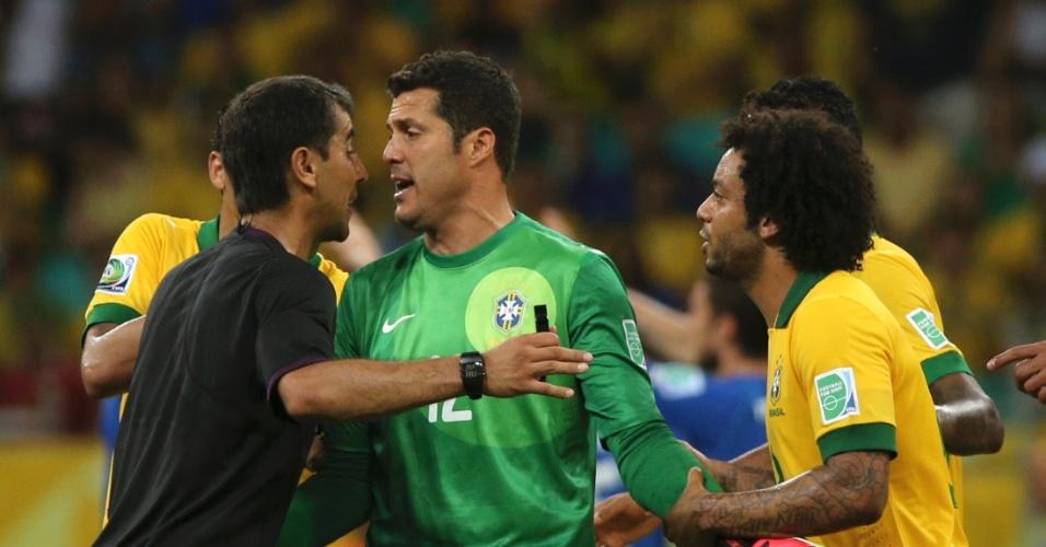 23.jun.2013 - Goleiro brasileiro Julio Cesar questiona o gol dado pelo juiz Ravshan Irmatov durante o jogo Brasil x Itália pela Copa das Confederações
