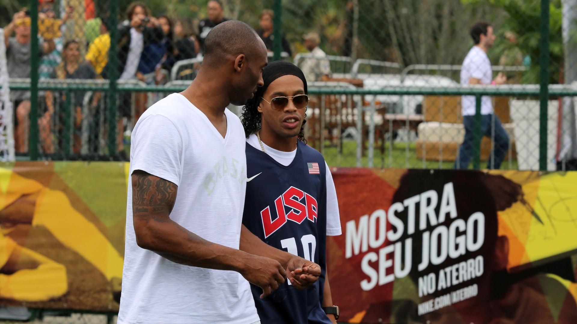 23.jun.2013 - Kobe e Ronaldinho participam de evento no Aterro do Flamengo, no Rio de Janeiro