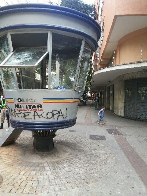 23.jun.2013 - Guarita da PM na região central de Belo Horizonte tem rastros de destruição após protestos na cidade