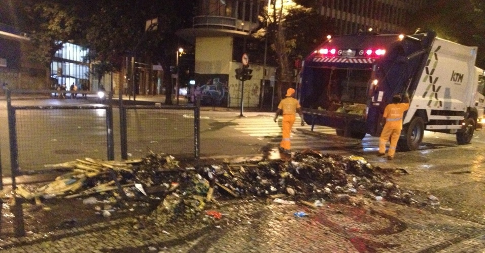 23.jun.2013 - Sacos de lixo foram queimados após manifestações em Belo Horizonte