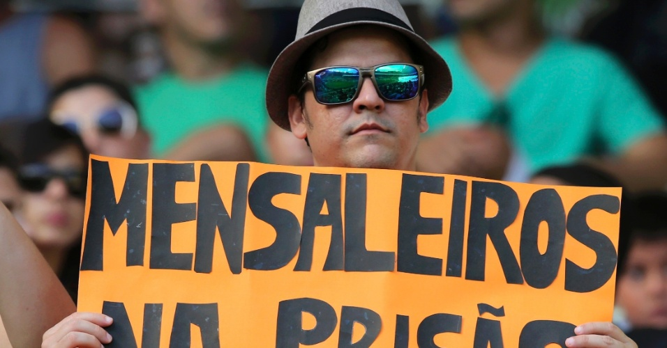23.jun.2013 - Torcedor leva cartaz com pedido de prisão para os políticos corruptos ao Castelão antes do jogo entre Espanha e Nigéria