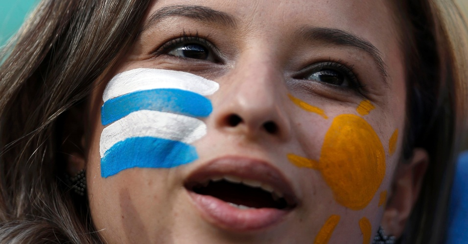 Torcedora do Uruguai mostra charme na arquibancada em Uruguai x Taiti
