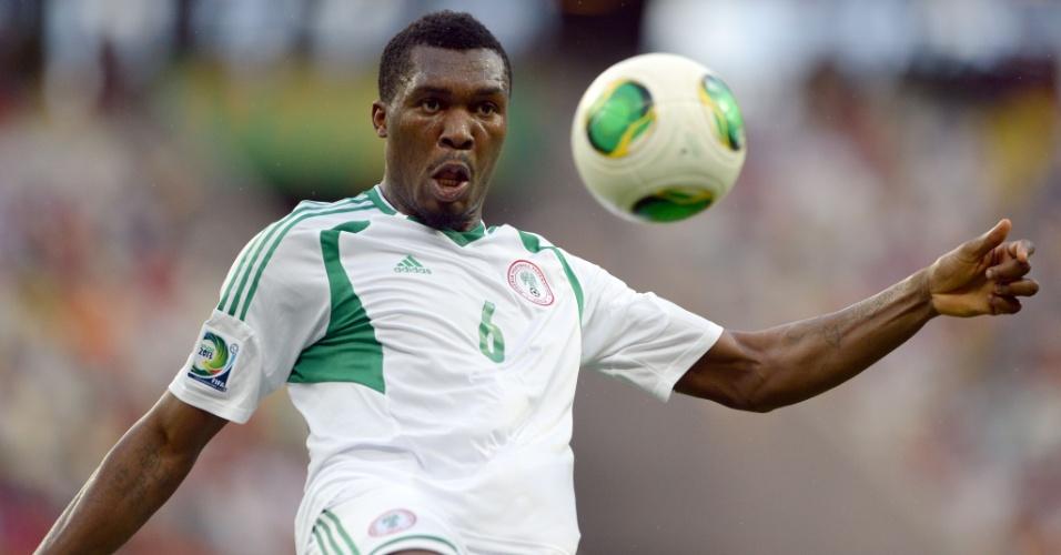23.jun.2013 - Azubuike Egwuekwe tenta dominar a bola durante a derrota por 3 a 0 para a Espanha no Castelão pela Copa das Confederações