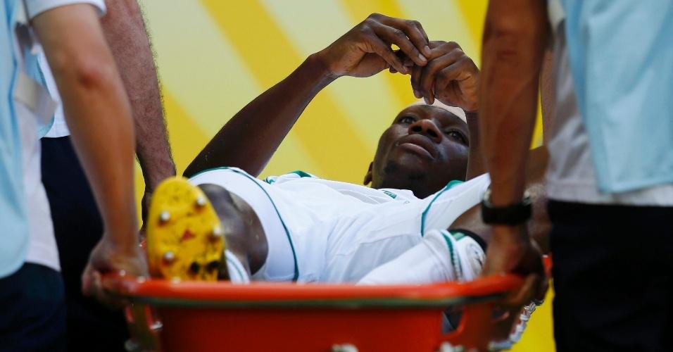 23.jun.2013 - Kenneth Omeruo deixa o campo de maca apóss e lesionar durante a derrota por 3 a 0 da Nigéria para a Espanha no Castelão pela Copa das Confederações