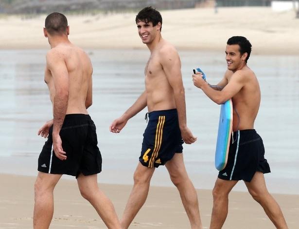 24.jun.2013 - Altetas da seleção espanhola, Víctor Valdés (e.), Javi Martínez (c) e Pedro (d) se divertem em praia de Fortaleza