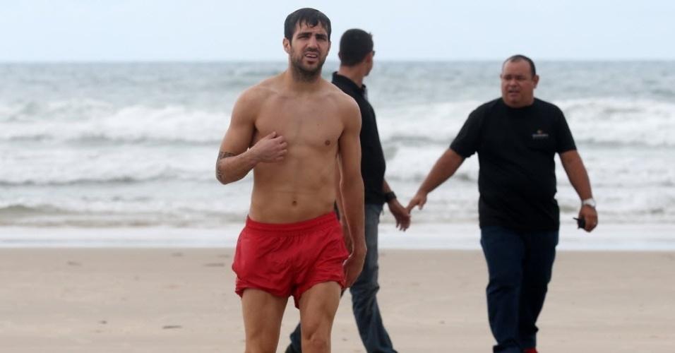 24.jun.2013 - Atacante da seleção espanhola, Cesc Fábregas sai do mar na Praia do Futuro, em Fortaleza, Ceará