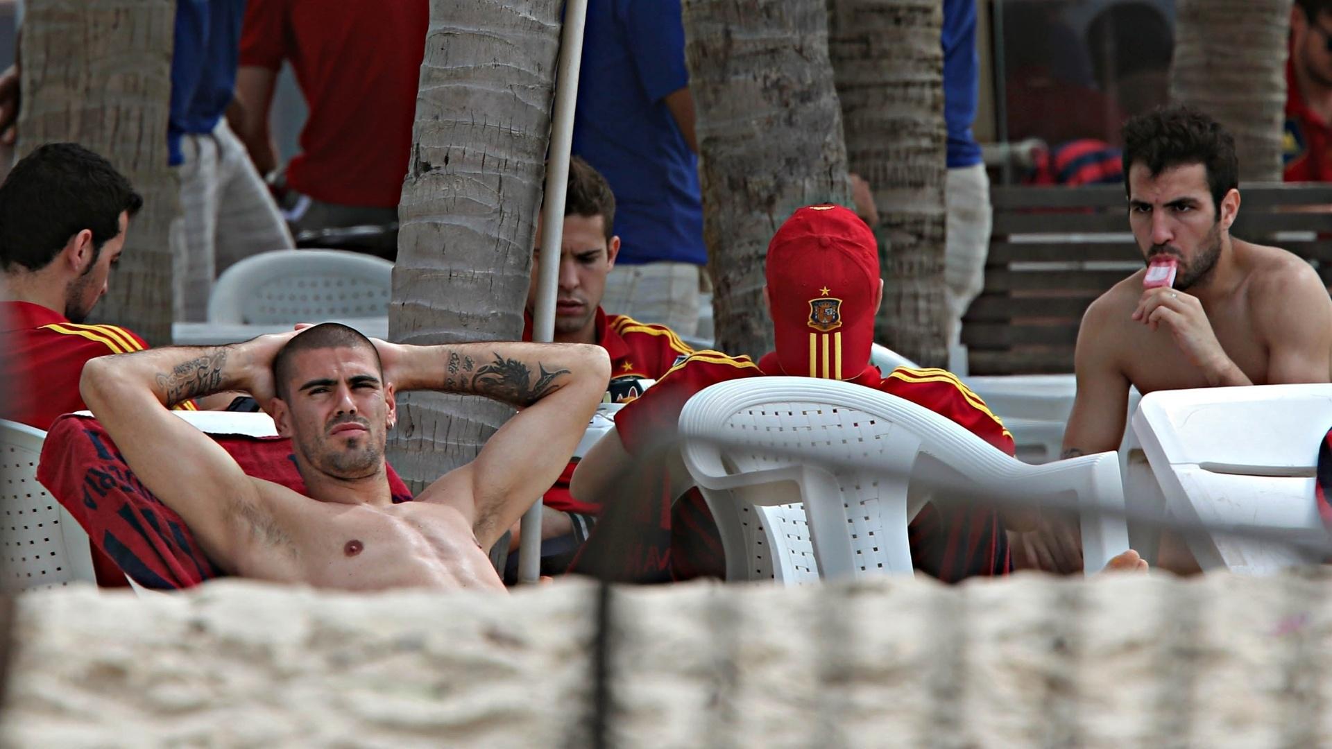 24.jun.2013 - Fàbregas chupa picolé enquanto se diverte com os companheiros de Espanha na praia