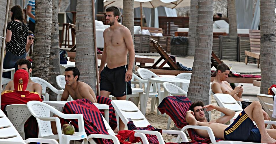 24.jun.2013 - Jogadores da seleção espanhola relaxam em cadeiras de praia na Praia do Futuro, em Fortaleza