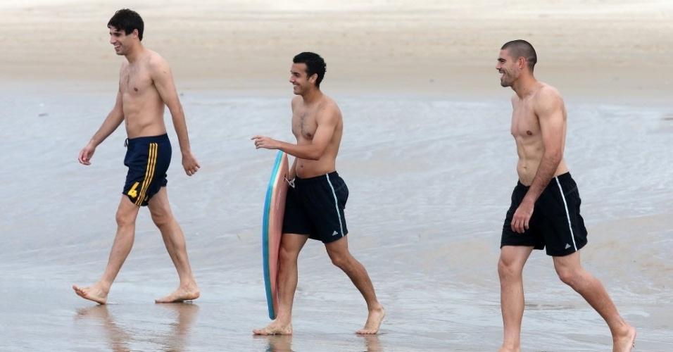 24.jun.2013 - Jogadores da seleção espanhola se divertem na Praia do Futuro, em Fortaleza