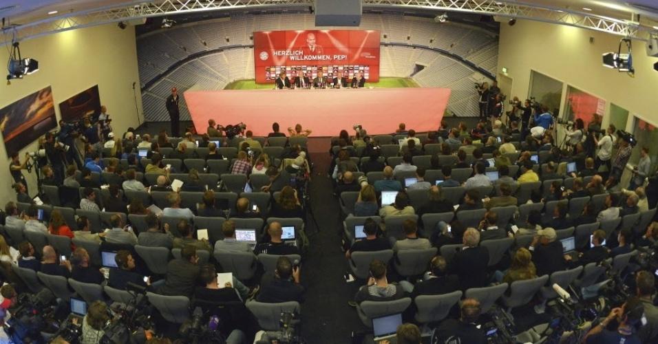 24.jun.2013 - Jornalistas lotam a sala de imprensa do Bayern de Munique para acompanhar a apresentação oficial de Josep Guardiola