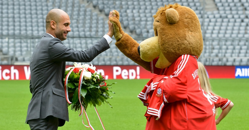 24.jun.2013 - Josep Guardiola cumprimenta Berni, mascote do Bayern de Munique, no gramado do Allianz Arena