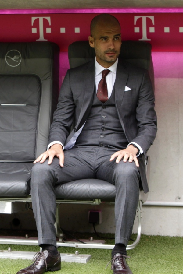 24.jun.2013 - Josep Guardiola posa no banco de reservas no Allianz Arena