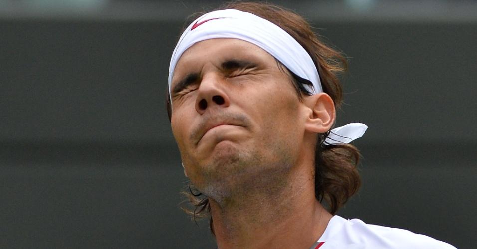 24.jun.2013 - Rafael Nadal lamenta erro na partida contra o belga Steve Darcis na estreia em Wimbledon