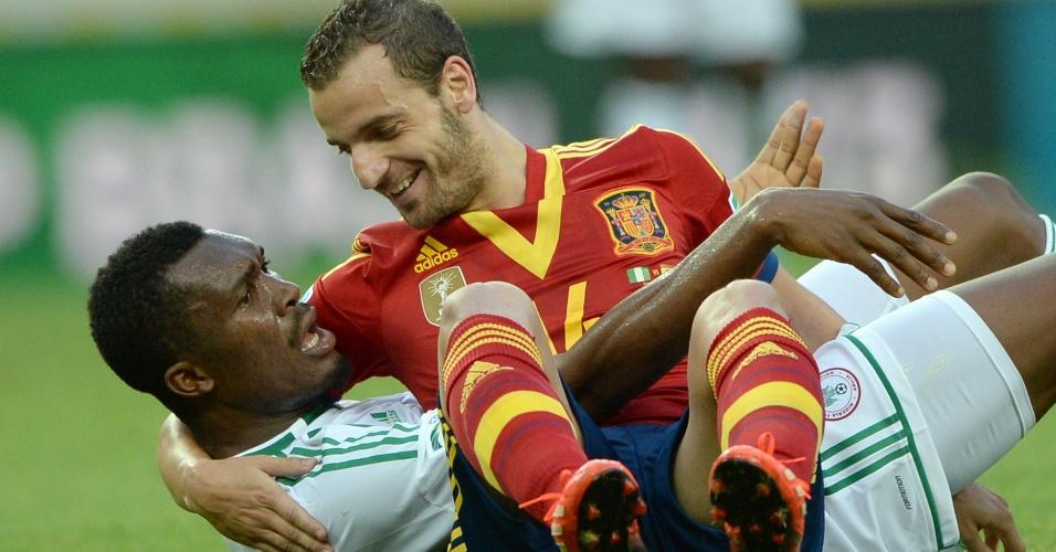 24.jun.2013 - Soldado caiu sentado sobre Egwuekwe durante disputa de bola na partida entre Espanha e Nigéria