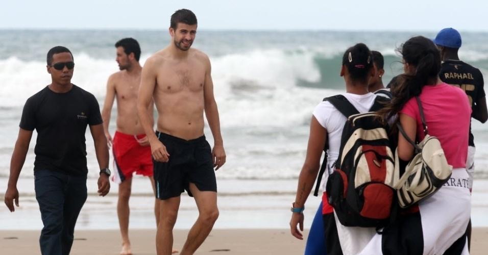 24.jun.2013 - Torcedoras tentam contato com o zagueiro da seleção espanhol Gerard Piqué na Praia do Futuro, em Fortaleza