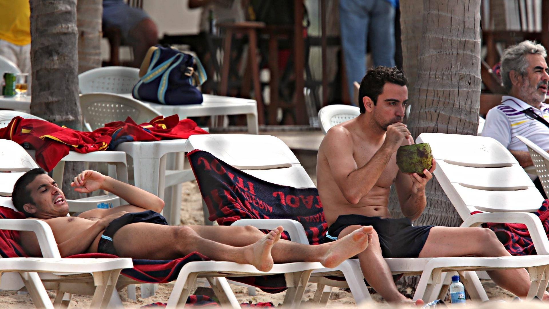 24.jun.2013 - Xavi toma água de coco enquanto olha o mar na Praia do Futuro