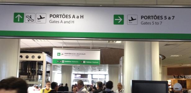 Setor de embarque do Aeroporto Internacional de Brasília apresenta erro de inglês em placa