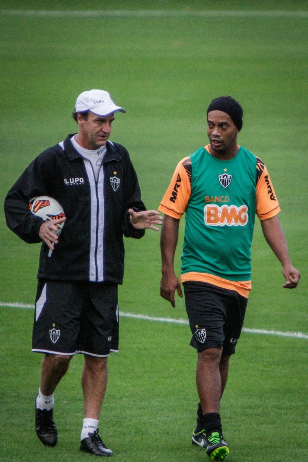 25 jun 2013 - Cuca e Ronaldinho Gaúcho durante treino do Atlético-MG na Cidade do Galo, em Vespasiano