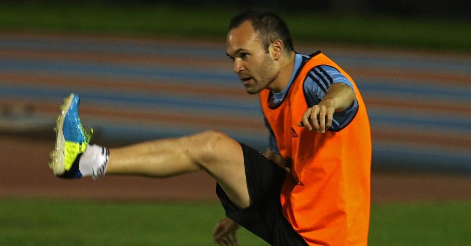 25.jun;2013 - Iniesta faz exercício físico durante o treino da Espanha para semifinal contra a Itália