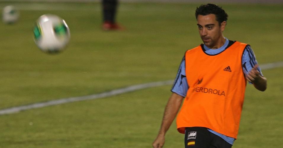 25.jun.2013 - Xavi arrisca passe durante treino da Espanha para jogo contra a Itália pela semifinal da Copa das Confederações
