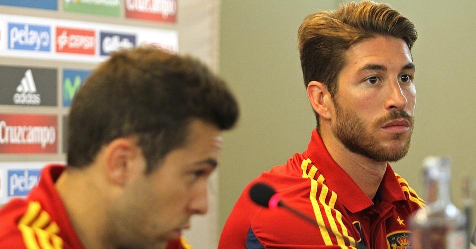 Defensores Sergio Ramos (d) e Jordi Alba dão entrevista coletiva pela Espanha nesta terça-feira