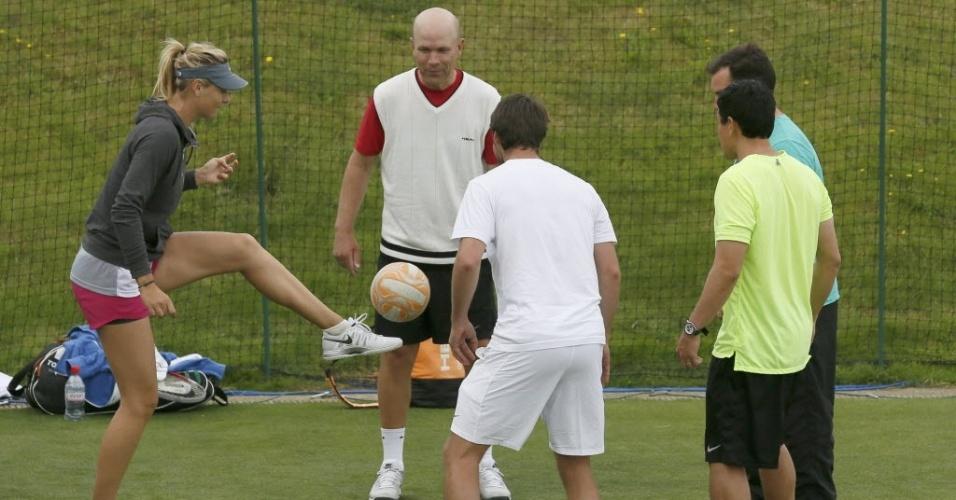 Sharapova joga futebol durante treino em Wimbledon