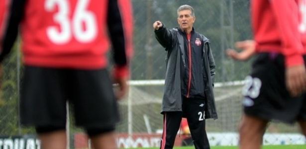 Técnico Ricardo Drubscky comanda coletivo no centro de treinamentos do Atlético-PR (25/06/2013)