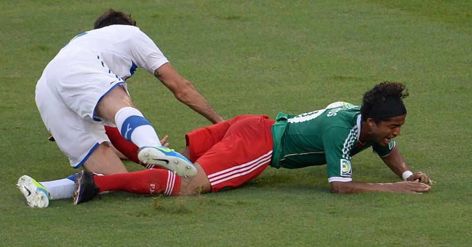 16.jun.2013 - Giovanni dos Santos sofre falta de Andre Barzagli durante a vitória por 2 a 1 da Itália sobre o México no Maracanã pela Copa das Confederações