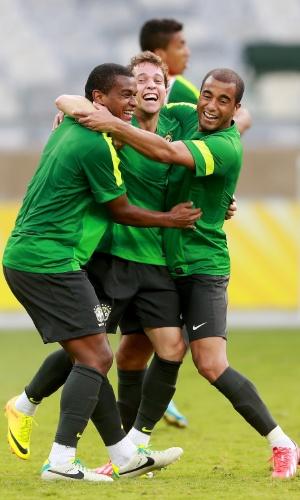 25.jun.2013 - Fernando, Bernard e Lucas brincam durante treino da seleção antes da semifinal contra o Uruguai