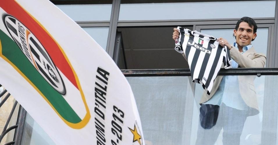 26.06.2013 - Tevez acena para cerca de três mil torcedores e exibe camisa 10 da Juve