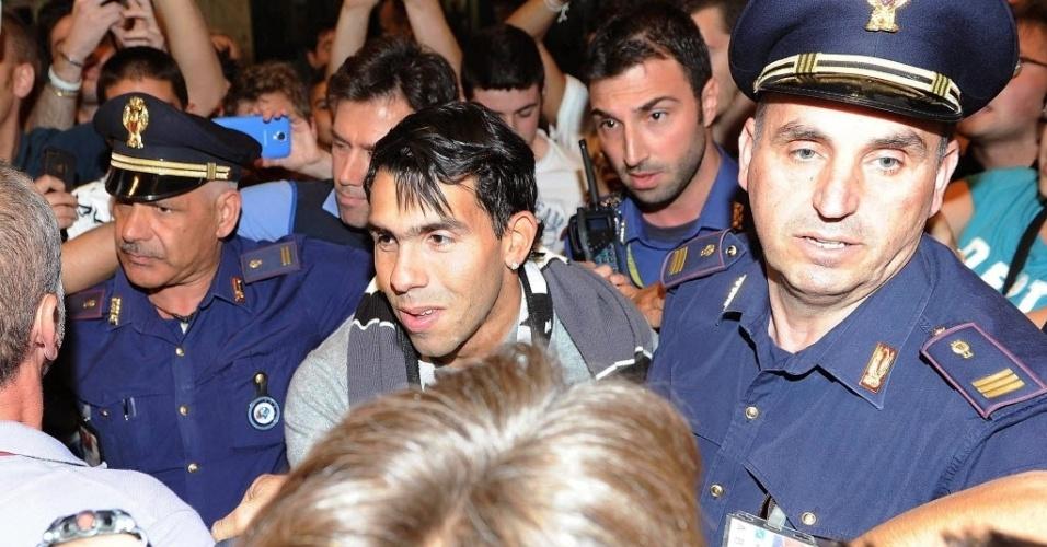 26.06.2013 - Tevez é recebido com festa pela torcida como novo jogador da Juventus