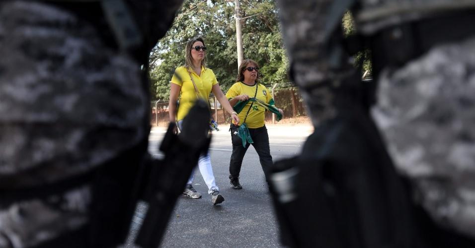 26.jun.201 - Com Mineirão cercado de policiais e militares, torcedoras chegam ao estádio para acompanhar o jogo entre Brasil e Uruguai