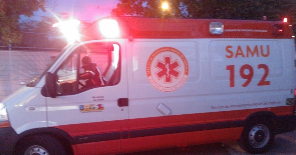 26.jun.2013 - Ambulância leva a hospital manifestante que caiu de ponte e sofreu traumatismo craniano em Belo Horizonte