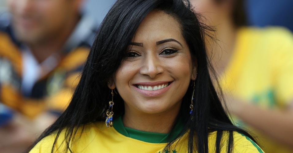 26.jun.2013 - Bela torcedora brasileira aguarda o início da partida contra o Uruguai no Mineirão