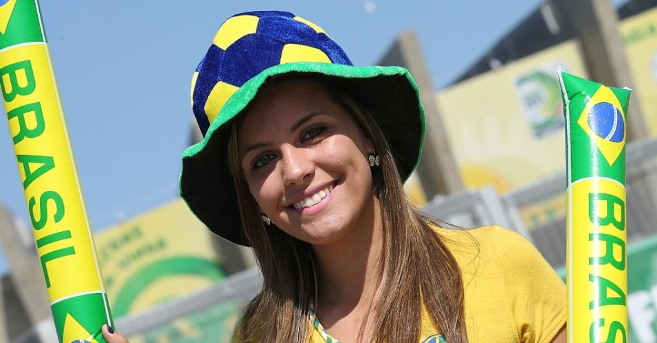 26.jun.2013 - Bela torcedora comparece ao Mineirão para acompanhar a semifinal entre Brasil e Uruguai, nesta terça-feira