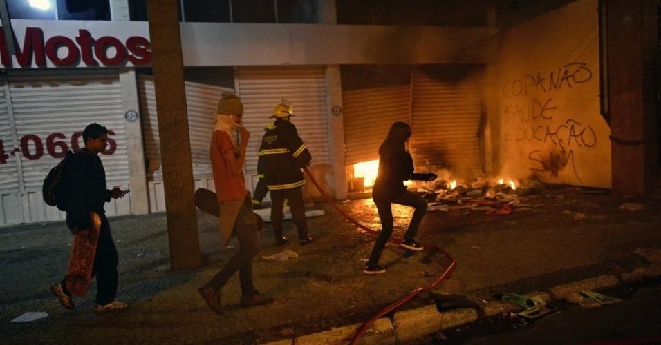 26.jun.2013 - Bombeiro tentam apagar fogo ateado em em concessionária de Belo Horizonte