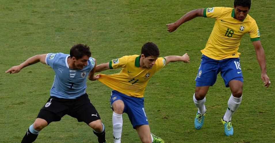 26.jun.2013 - Cristian Rodriguez puxa a camisa de Oscar em lance da partida no Mineirão; Brasil venceu por 2 a 1 e se classificou para a final da Copa das Confederações