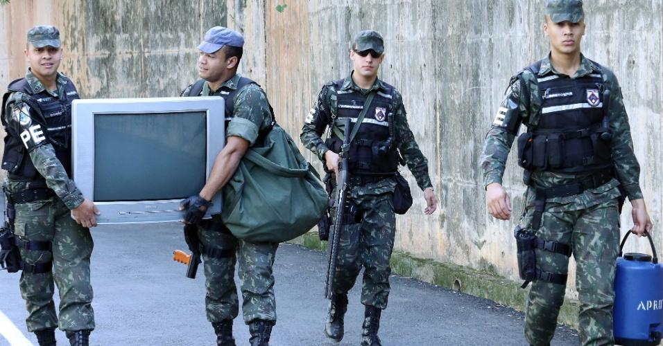 26.jun.2013 - Exército começa a se preparar para Brasil x Uruguai, que deve ter manifestações nos entornos do Mineirão; integrantes do Exército carregam TV para assistir ao duelo
