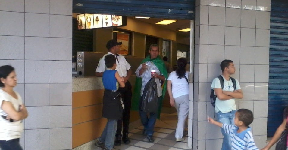 26.jun.2013 - Fachada de uma loja do Mcdonald's na praça Sete de Setembro fica parcialmente aberta em decorrência da manifestação no centro de Belo Horizonte