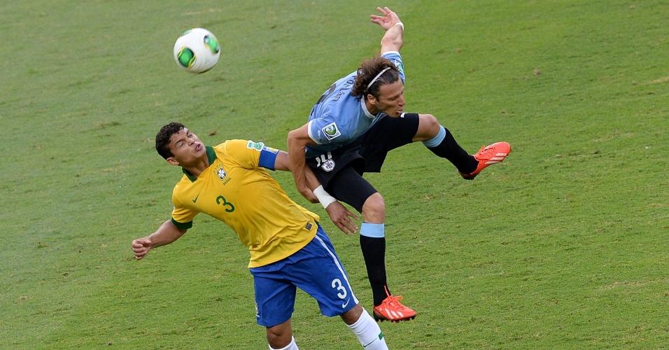 26.jun.2013 - Forlán leva a pior em disputa de bola com Thiago Silva em lance da partida no Mineirão; Brasil venceu por 2 a 1 e se classificou para a final da Copa das Confederações