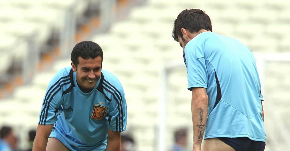 26.jun.2013 - Jogadores da Espanha trocam o calção no gramado durante treino em Fortaleza