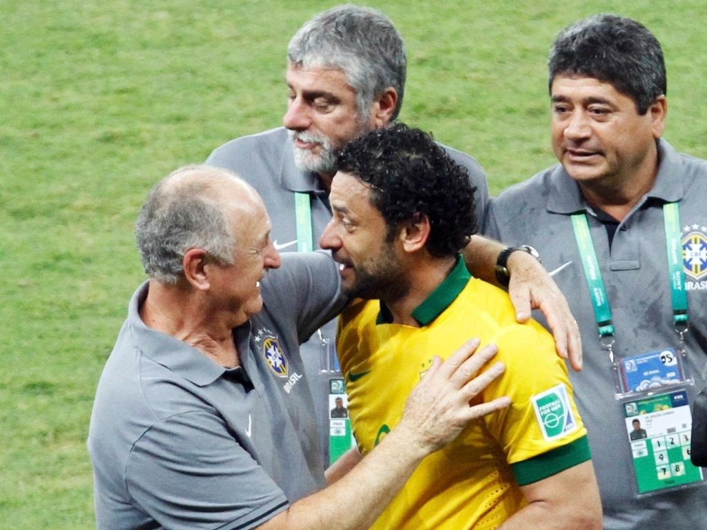26.jun.2013 - Luiz Felipe Scolari parabeniza Fred, autor de um dos gols da vitória brasileira sobre o Uruguai por 2 a 1 na semi da Copa das Confederações