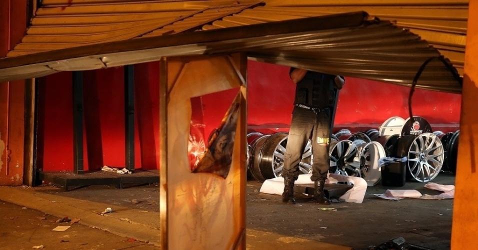 26.jun.2013 - Manifestantes destroem estabelecimentos que estavam fechados em Belo Horizonte